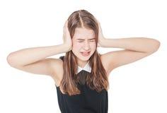 Oídos jovenes de la cubierta de la muchacha del adolescente con sus manos aisladas Imagen de archivo libre de regalías