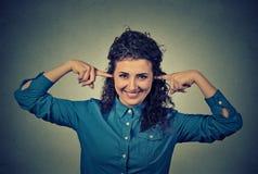Oídos sonrientes de la cubierta de la mujer que son positivos fotografía de archivo