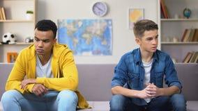 Обиденные multiracial друзья не хотят говорить после ссоры, недоразумения видеоматериал