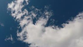 Облака промежутка времени белые в голубом небе сток-видео