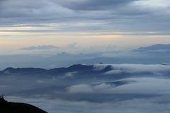 Облака пропуская над верхними частями горы, увиденными от Mount Fuji на сумраке, Япония стоковое фото rf