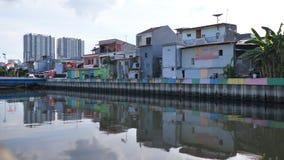 Область трущобы на берег реки береге реки в Джакарте Индонезия сток-видео