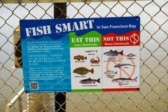 Область San Francisco Bay, сентябрь 2016 - наведение от отдела Калифорния здравоохранений относительно безопасных рыб, который ну стоковые изображения rf