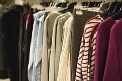 Обмундирования в магазине одежды женщин в торговом центре стоковые фото