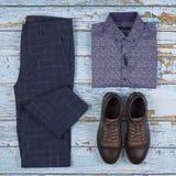 Обмундирования людей случайные для набора одежды людей с ботинками, брюками, рубашкой на деревянной предпосылке, взгляде сверху стоковые изображения