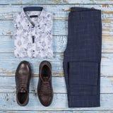 Обмундирования людей случайные для набора одежды людей с ботинками, брюками, рубашкой на деревянной предпосылке, взгляде сверху стоковая фотография