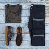 Обмундирования людей случайные для одежды человека установили с коричневыми ботинками, брюками, рубашкой изолированной на деревян стоковая фотография