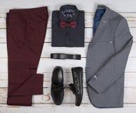 Обмундирования людей случайные для одежды человека установили с ботинками, брюками, рубашкой, и bowtee на деревянной предпосылке, стоковое фото rf