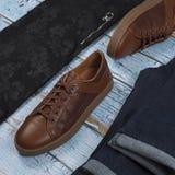 Обмундирования людей случайные для одежды человека установили с ботинками, брюками, рубашкой на деревянной предпосылке, взгляде с стоковые изображения