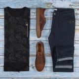Обмундирования людей случайные для одежды человека установили с коричневыми ботинками, брюками, рубашкой изолированной на деревян стоковое фото rf