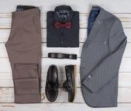 Обмундирования людей случайные для одежды человека установили с ботинками, брюками, рубашкой, и bowtee на деревянной предпосылке, стоковое фото