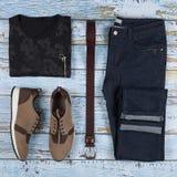 Обмундирования ` s людей вскользь Ботинки, одежда и аксессуары людей на деревянной предпосылке - футболке, джинсах, тапке, поясе  стоковая фотография rf