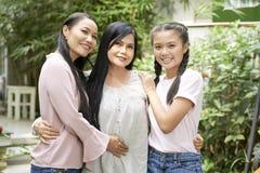 Обнимать счастливых женщин различных поколений стоковое изображение