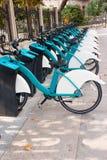 Общественная автостоянка арендных велосипедов в городе стоковые изображения rf