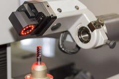 Оборудуйте установку на машине presetter инструмента для центра cnc подвергая механической обработке стоковая фотография