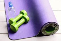 Оборудование формировать и фитнеса Гантели сделанные из зеленой пластмассы стоковое фото rf