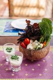 Овощи здоровой закуски свежие окунают со сметанообразным соусом ранчо стоковые фотографии rf