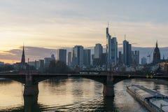 Оглушать взгляд захода солнца финансового горизонта во Франкфурте стоковое изображение rf