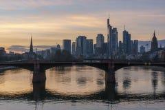 Оглушать взгляд захода солнца финансового горизонта во Франкфурте стоковая фотография rf