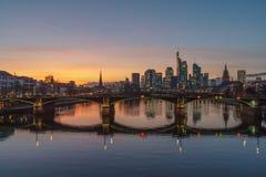 Оглушать взгляд захода солнца финансового горизонта во Франкфурте стоковые изображения rf