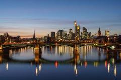 Оглушать взгляд захода солнца финансового горизонта во Франкфурте стоковое изображение