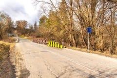 Ограничение в скорости дорожного знака на дороге в чехии Опасное место на дороге Дорога асфальта в сельской местности стоковая фотография rf