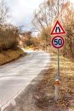 Ограничение в скорости дорожного знака на дороге в чехии Опасное место на дороге Дорога асфальта в сельской местности стоковые фотографии rf
