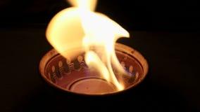 Огонь который горит в шаре, замедленное движение желт-белый пламенистый язык Уютная теплая приятная предпосылка видеоматериал