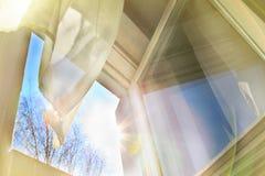 Окно открыто, дуновения ветра, движения занавеса стоковая фотография rf