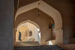 Оманская девушка посещая форт Rustaq, Оман стоковая фотография rf