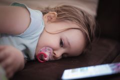 Она упала уснувший с телефоном стоковые изображения rf