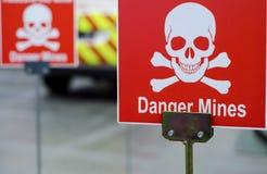 опасность минирует знак стоковое изображение