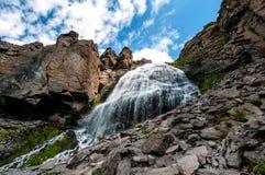 Оплетки водопада girlish в природном парке региона Elbrus стоковые изображения