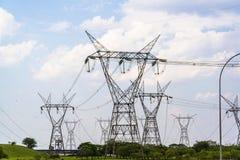 Опоры электричества, запруда Itaipu, Бразилия стоковые изображения