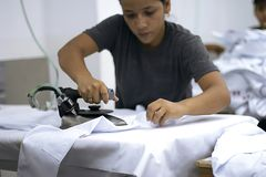 Одежды женского перуанского работника утюжа стоковые изображения