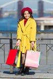 Одежды и аксессуары покупки на весенний сезон Немногое покупки ребенка Хозяйственные сумки пука владением ребенка стильные милая  стоковое изображение