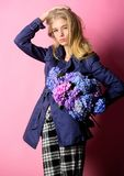 Одежды и аксессуар Пальто носки фотомодели девушки на сезон весны и осени Тенденция моды пальто канавы модно стоковое изображение