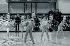 Одесса, Украина - Febr 16, 2019: Яркие характеристики динамической чувствительности группы поддержки спортивной команды женщин По стоковая фотография