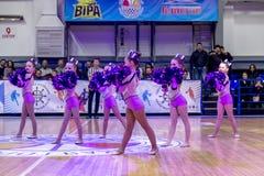 Одесса, Украина - Febr 16, 2019: Яркие характеристики динамической чувствительности группы поддержки спортивной команды женщин По стоковое фото rf