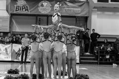 Одесса, Украина - Febr 16, 2019: Яркие характеристики динамической чувствительности группы поддержки спортивной команды женщин По стоковое изображение rf