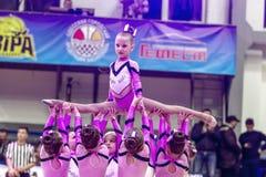 Одесса, Украина - Febr 16, 2019: Яркие характеристики динамической чувствительности группы поддержки спортивной команды женщин По стоковые изображения