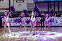 Одесса, Украина - Febr 16, 2019: Яркие характеристики динамической чувствительности группы поддержки спортивной команды женщин По стоковая фотография rf