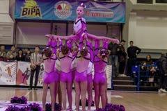 Одесса, Украина - Febr 16, 2019: Яркие характеристики динамической чувствительности группы поддержки спортивной команды женщин По стоковые изображения rf