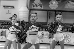 Одесса, Украина - Febr 16, 2019: Яркие характеристики динамической чувствительности группы поддержки спортивной команды женщин По стоковые фото