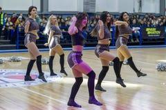 Одесса, Украина - Febr 16, 2019: Яркие характеристики динамической чувствительности группы поддержки спортивной команды женщин По стоковое изображение