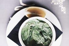 Освежая чай бальзама лимона с лимоном стоковая фотография