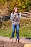 осенняя женщина парка стоковая фотография