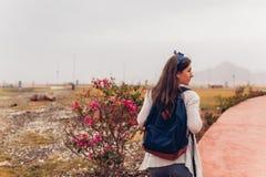 Осмотр достопримечательностей путешественника молодой женщины идя в Египте Девушка идя на отклонение стоковое изображение