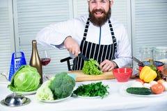Острый нож прерывая овощ Подготовьте ингредиент для варить Согласно рецепту Полезный для значительного количества  стоковые изображения rf
