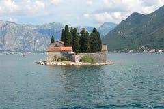 Остров St. George с бенедиктинским монастырем в заливе Kotor - Черногории стоковая фотография rf